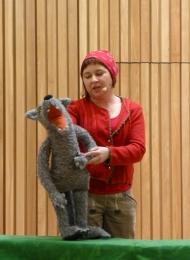 Einen ungewöhnlichen Einstieg ins Thema bereitete die Puppenspielerin Sabine Falk als Rotkäppchen mit ihrem in die Jahre gekommenen Wolf - humorvoll, sensibel und zum Nachdenken anregend