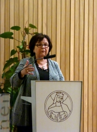 """Die Referentin Margit Hauft, Erwachsenenbildnerin widmete sich eine gute Stunde den positiven und auch negativen Seiten des Zwillingpaars """"Erinnern und Vergessen""""."""