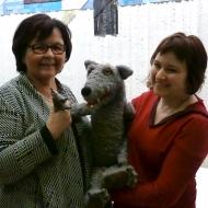 v.l.n.r.: Margit Hauft (Erwachsenenbildnerin), Wolf, Sabine Falk (Puppenspielerin) — mit Sabine Falk.
