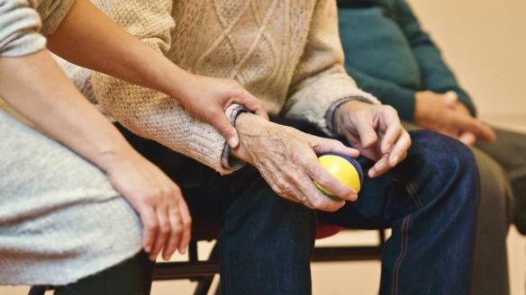 alter Mensch mit Ball