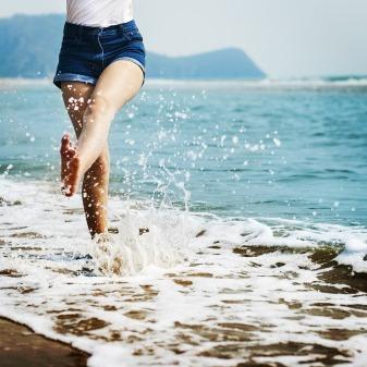 barefoot-1985858_1920